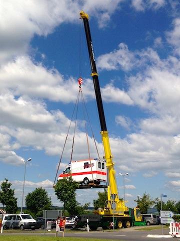 Rettmobil - RTW hängt am Kran