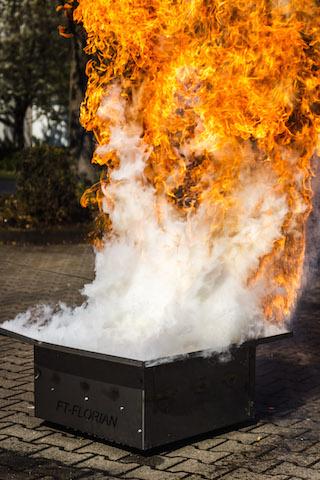 Fettbrandexplosion während einer Brandschutzhelfer Ausbildung.