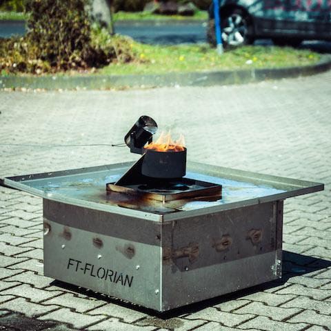 Fettbrand wird mit Wasser gelöscht.
