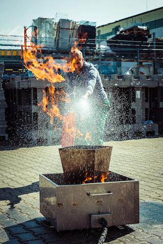 Person löscht ein Brand